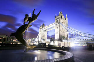 Mundo 009-Escultura de golfinho com a ponte ao fundo em Londres, Inglaterra.jpg