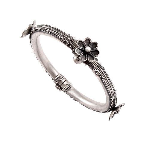 Silver Adorable Floral Design Bangle