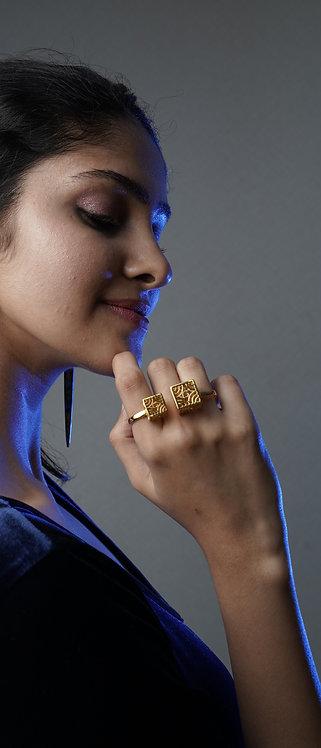 Dynamic three finger ring