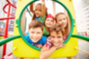 nens i nenes a un parc infantil