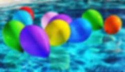 globus sobre l'aigua d'una piscina