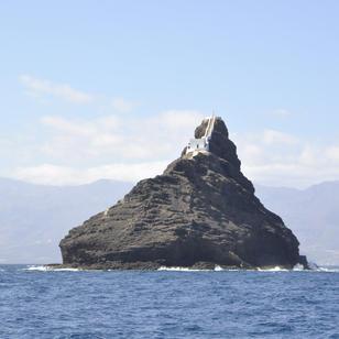vor Mindelo liegt diese schroffe Insel mit ihrem Leuchtturm, segeln mit Skippytirol