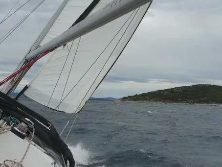 hart am Wind, in voller Fahrt geht es flott voran