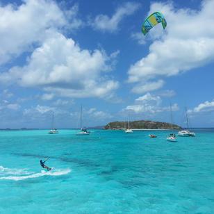 Kiten und mitsegeln, es gibt einige tolle Spots fuer Kiten in der Karibik