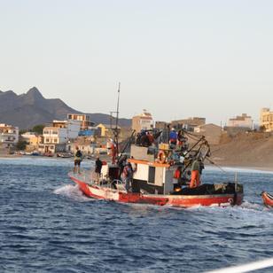 die Fischer kehren nach ihrere Arbeit zurueck nach Hause, verkaufen teilw. am Strand den Fang