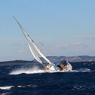 segeln hart am Wind bei ca 6 Bft Wind, Segel sind gerefft und solten vermutlich weiter verkleinert werden