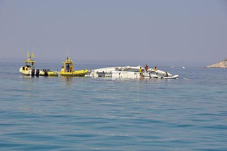 Italienische Segelyacht bei schoenem Wetter auf Riff gelaufen, Kiel abgerissen und sofort gekentert