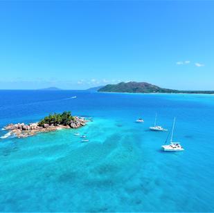 mitsegeln Seychellen, im Hintergrund ist Praslin und la Digue