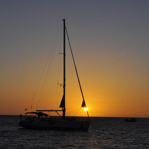 traumhafte Sonnenuntergaenge , oft koennen wir von uinserem Ankerplatz die Sonne im Meer versinken sehen.