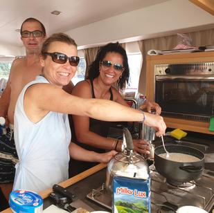 aktiv mitsegeln Seychellen, gemeinsam wird Essen zubereitet