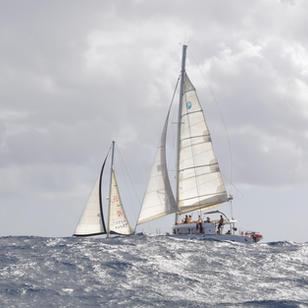 segeln in der Atlantikwelle, zwischen den Inseln kann man manchmal schon echt hohe Wellen sehen