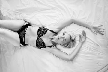 Photo boudoir femme allongée  noir et blanc