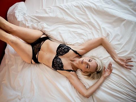 Photo boudoir d'une femme allongée par m