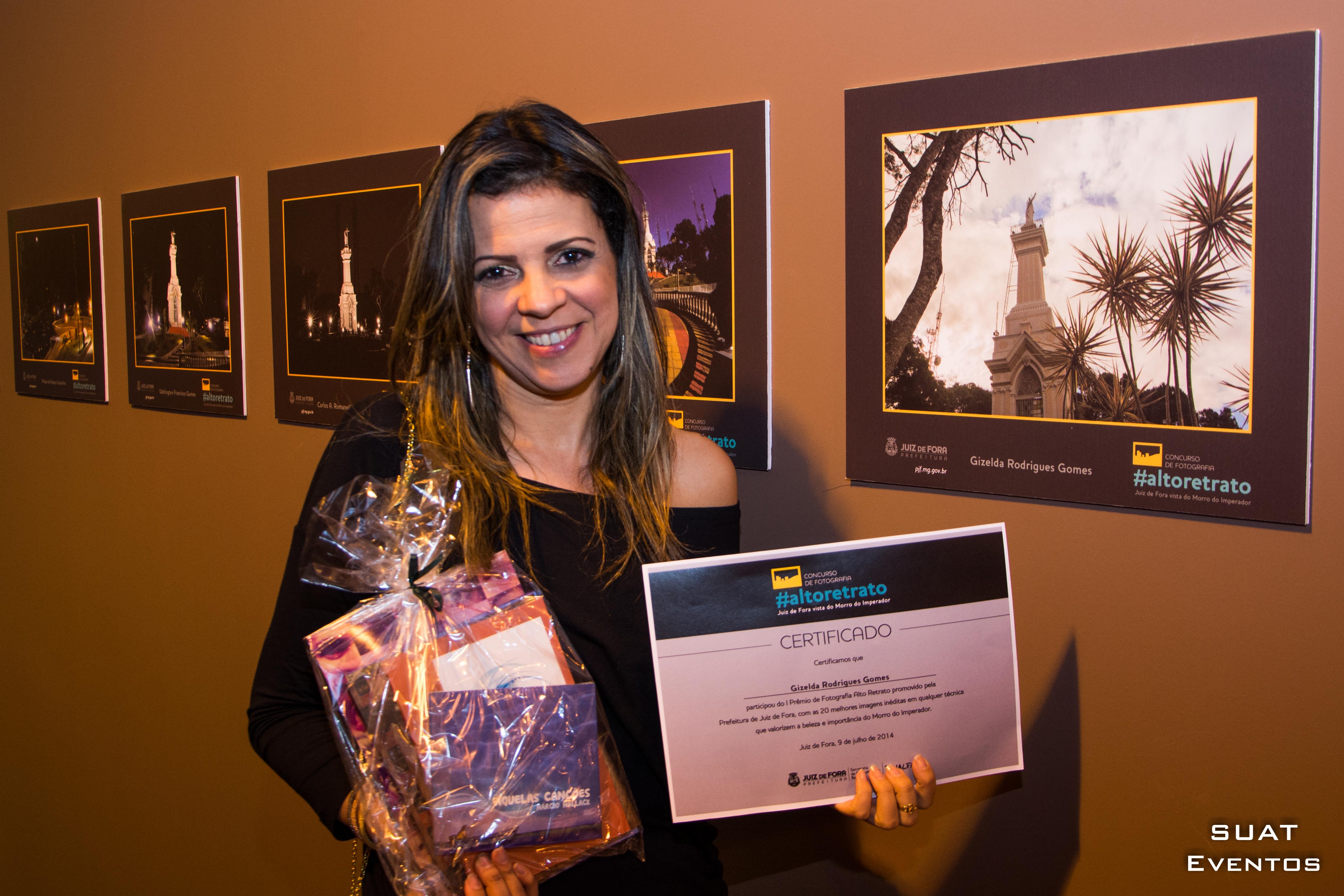 aluna recebendo premio de fotografia