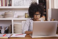 female3_student_laptop
