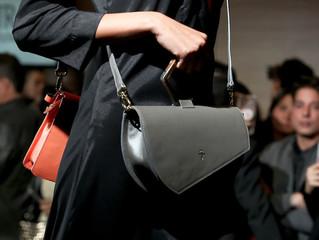 El regreso a los años 80 domina en los bolsos para hombres y mujeres