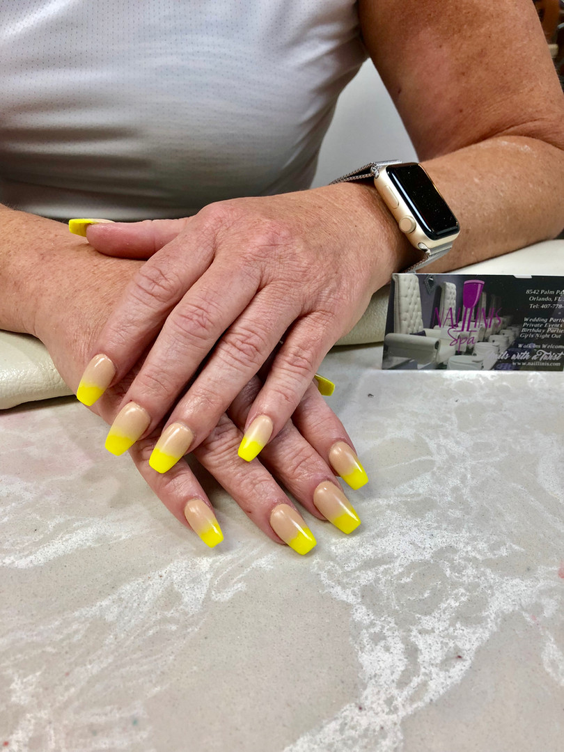 Naillinis manicure with yellow tip