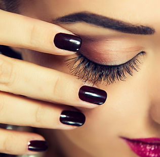 Naillinis lash extensions with shellac nails