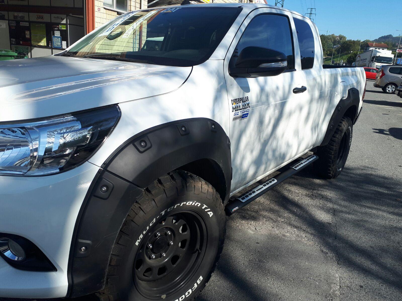 Toyota Hilux con estriberas