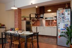 Kuchyň s cihlovým obkladem