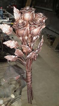 Красивый букет кованых роз.