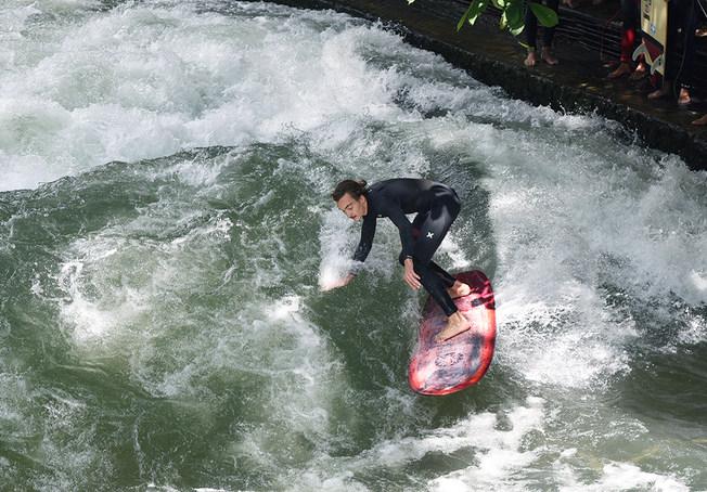Surfing Eisbach - Munich