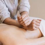 conceito-de-massagem-com-mulher-relaxada