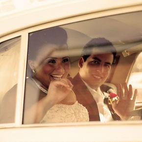 Photographe de mariage à Montréal. Photo prise par Glam Photo. 514-947-8964. Photo des mariés dans la limousine.