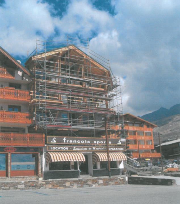 Façade de bâtiment en station