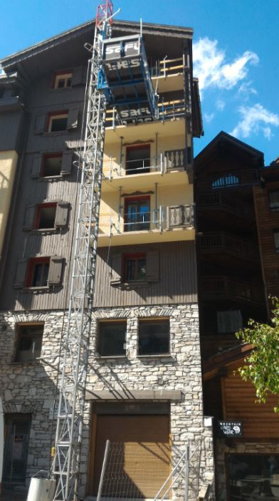 Monte-matériaux_-_Ascenseur_de_chantier_Hôtel_Val_d'Isère.jpg