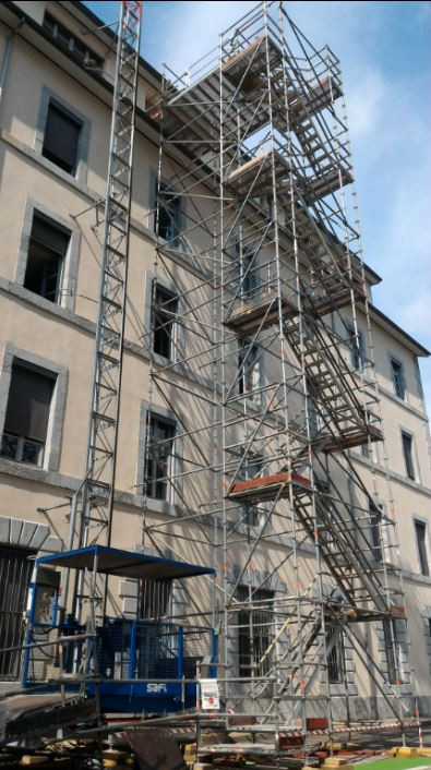 Tour_d'accès_échafaudage_et_ascenseur_de_chantier_-_Lift_Cité_Dode_Grenoble.jpg