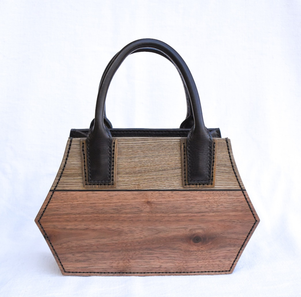 木と革のバッグ