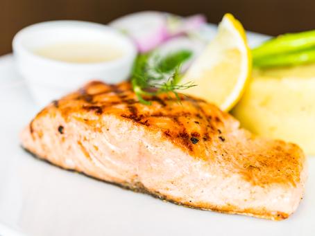 Aprenda como fazer salmão grelhado com laranja, coco e molho de vinho branco.