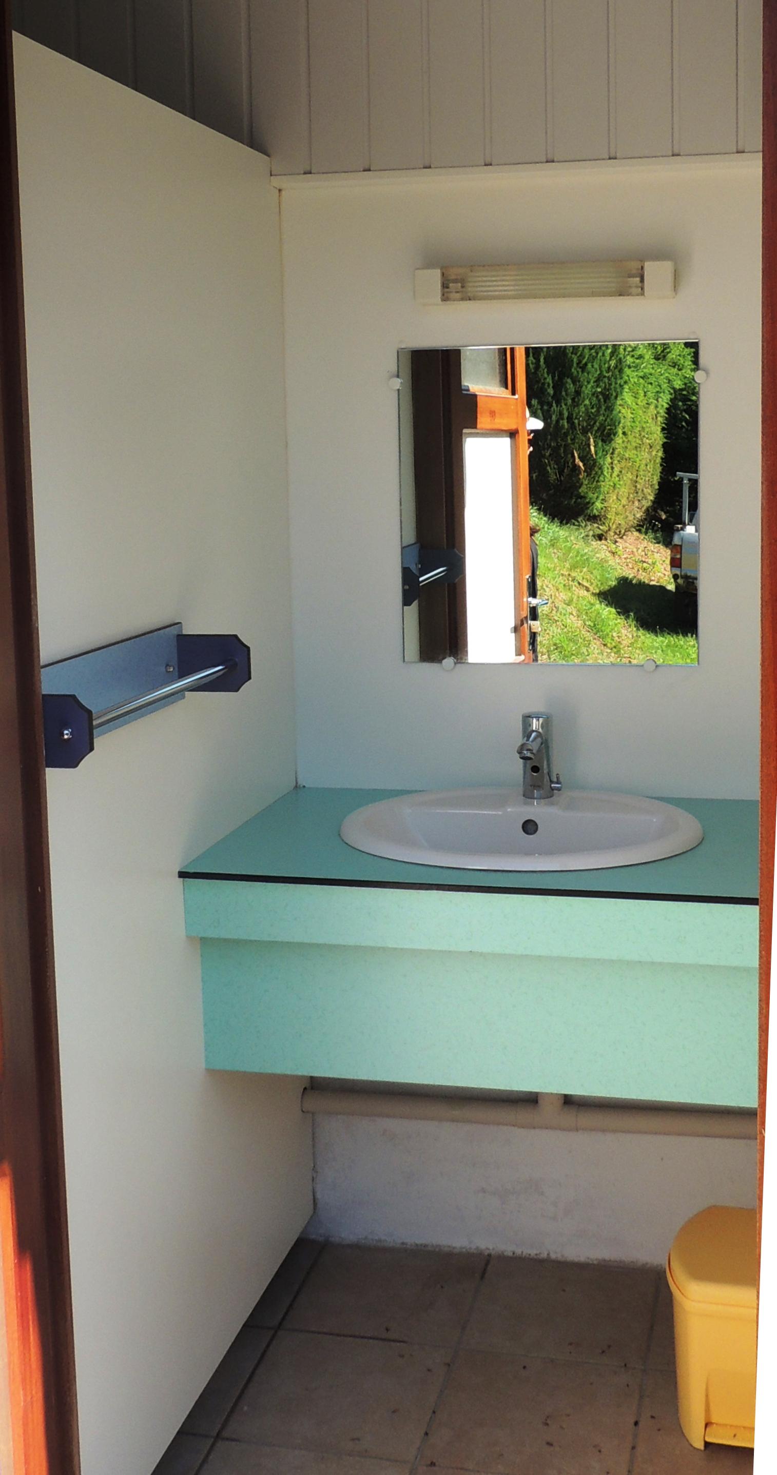 auvergne-camping mont dore-cabine lavabo