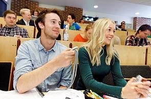 Elèves utilisant des boîtiers de vote OMBEA pendant un cours