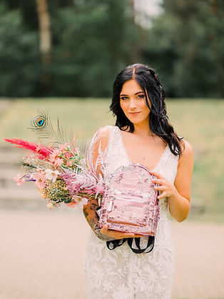 Bruid met modern bruidsboeket