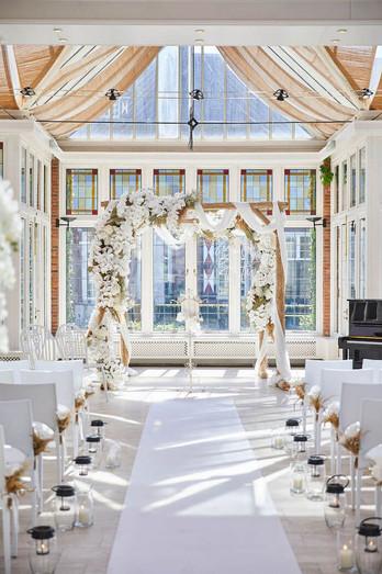 prieel-met-bloemen-voor-bruiloft.jpg