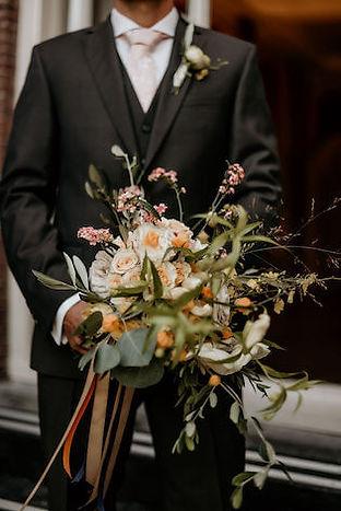 Bruidegom met bruidsboeket in Leiden