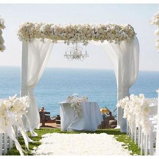 Met bloemen gedecoreerd prieel aan zee