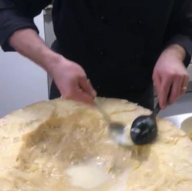 Pasta nella forma di parmigiano.MP4
