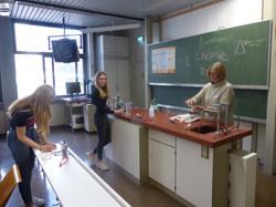 41. Versuche im Chemieraum