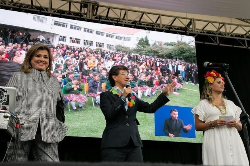 "Secretaria de educación Edna Bonilla Sebà, Claudia Lòpez Alcaldesa de Bogotà, presentadora del evento  ""Inicio de Clases"" Colegio Femenino Mercedes Nariño."