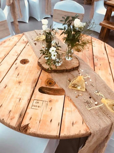 Log slice centrepieces with hessian runner