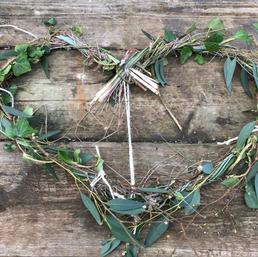 Add foliage twigs moss or and  flowers. Ajouter autant de feuillage,brindilles,mousse et meme des fleurs.