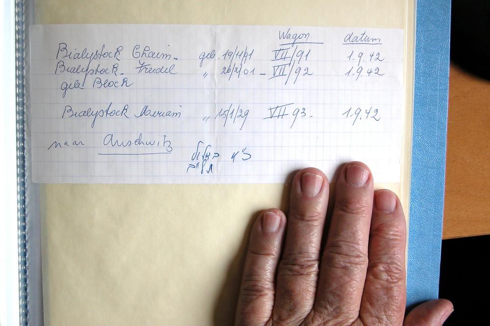 Родители и сестра Моше Бьялистока были отправлены германскими властями в Аушвиц и погибли. После войны, в поисках каких-то следов пропавшей семьи, Моше получил документ от полиции г. Бремена. Вот этот документ. В этот день каждый год Моше заказывает поминальную молитву по своей семье.