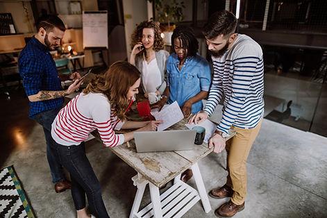 Młodzi ludzie w warsztacie
