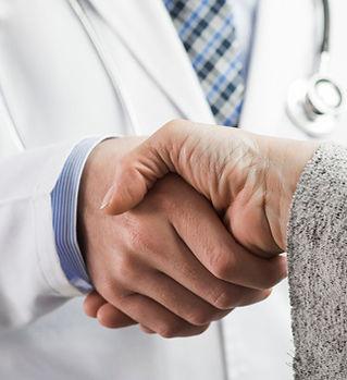 close-up-de-um-doutor-masculino-e-pacien