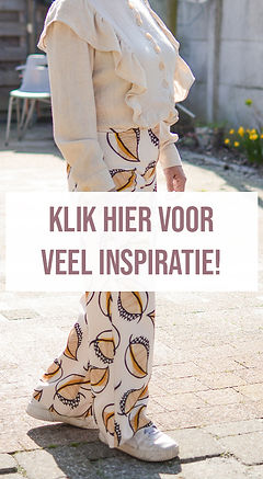 Klik hier voor inspiratie. Een outfit met een beige linnen blouse en een broek met bladerenprint.
