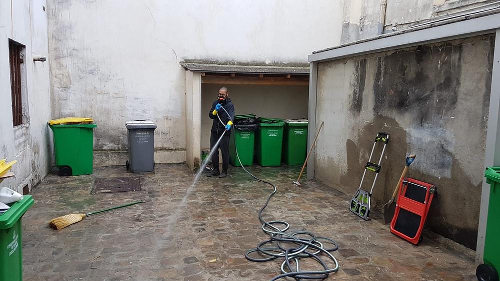 Nettoyage d'une cour après débarras