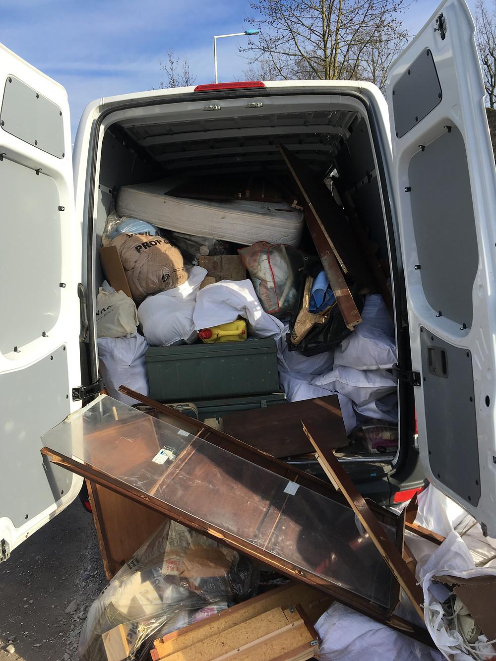 un camion de débarrasseur chargé